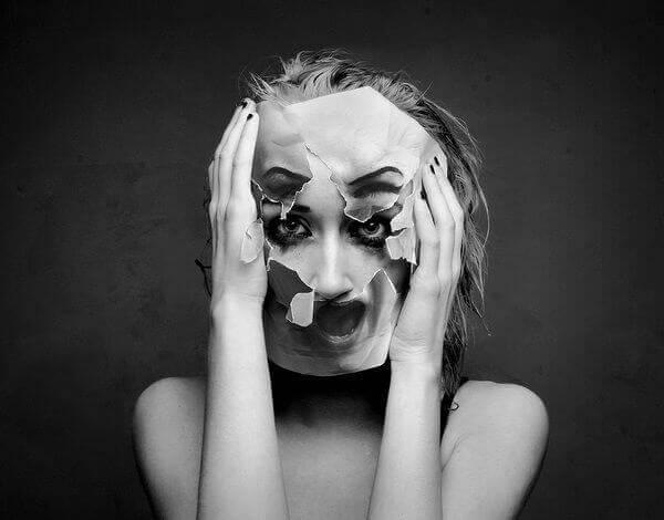 maskesi yırtılmış kadın