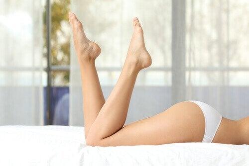 bacaklarını kaldıran kadın