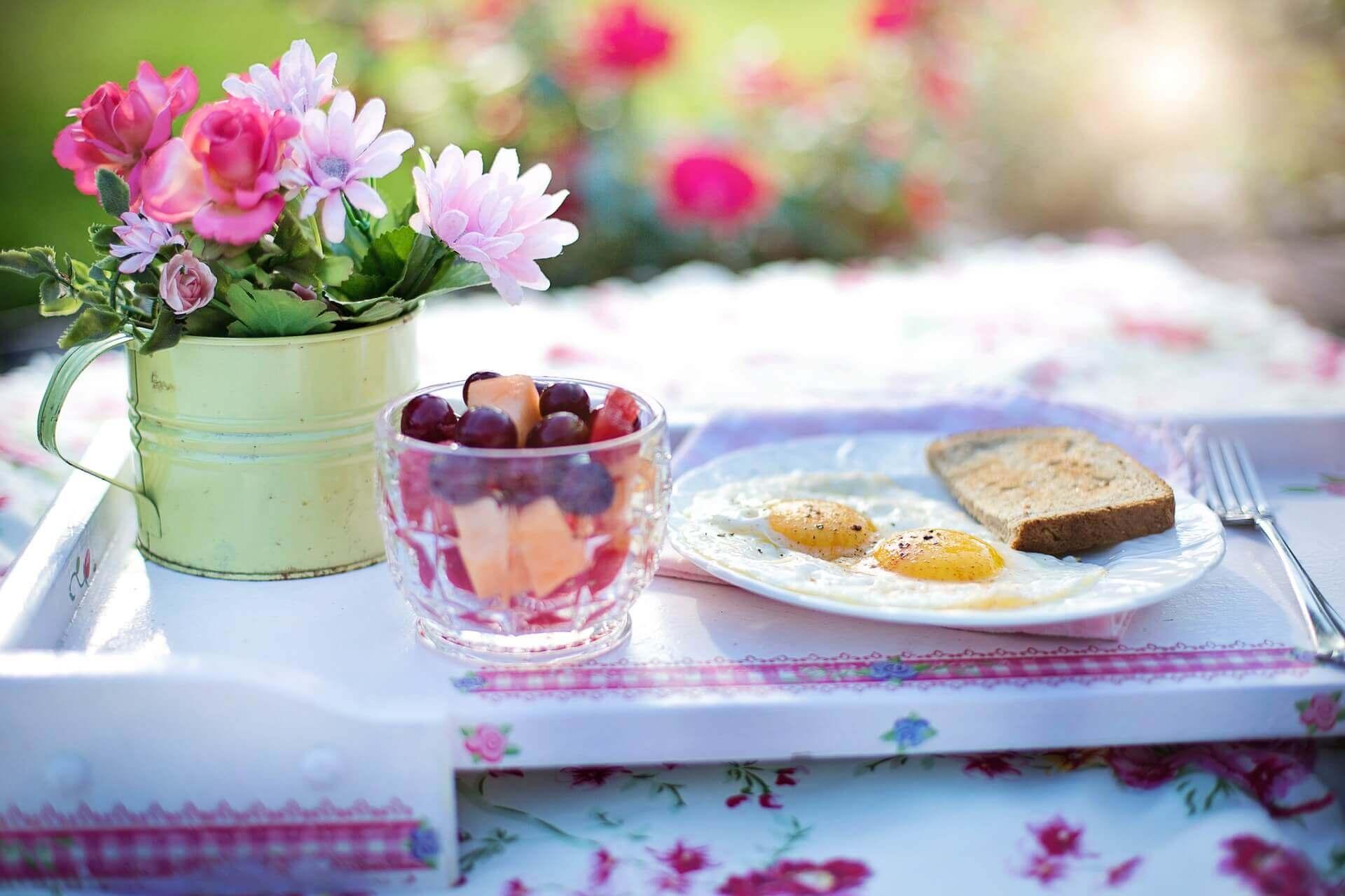 bahçede kahvaltı yapmak