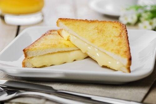 Monte Cristo Sandviç tabakta tost