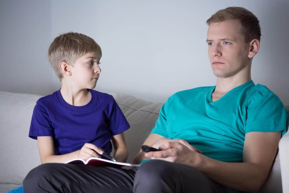 çocuğuna yardımcı olmayan baba
