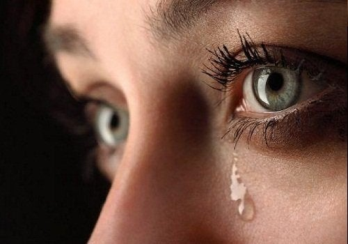 ağlayan bir kadın