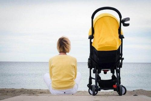 anne bebek ve sarı bebek arabası