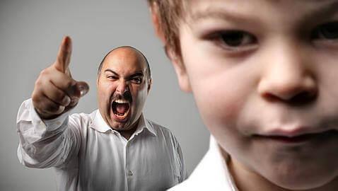 baba çocuğuna bağırıyor