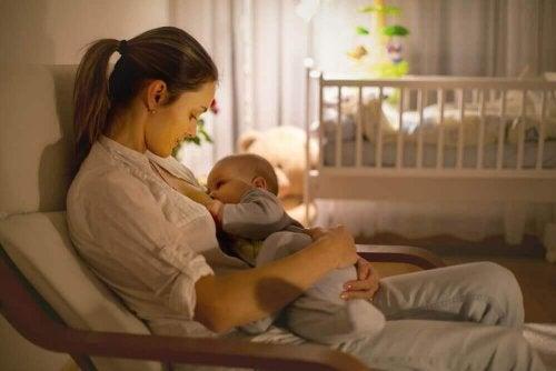 bebeğini emziren anne ve emen bebek