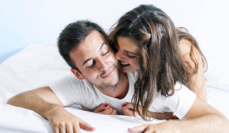 bir çift yatakta güzel vakit geçiriyor