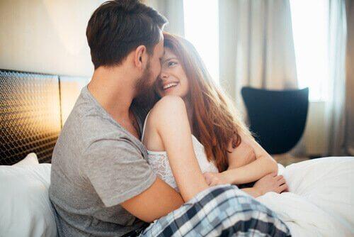 daha iyi bir cinsel yaşam için yatakta vakit geçiren çift