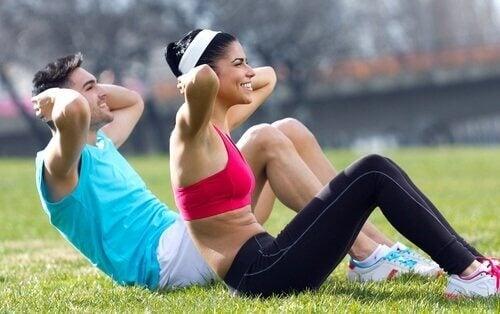 egzersiz yapan kadın ve erkek