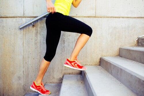merdivende egzersiz yapan kadın