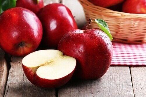 yarım kesilmiş ve bir bütün elma