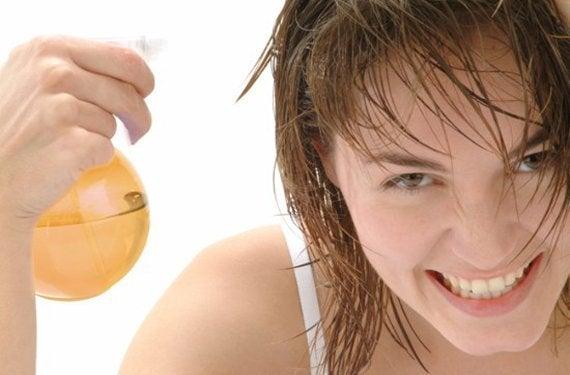 saçınıza zarar vermeden elma sirkesi ve bal ile rengini açma