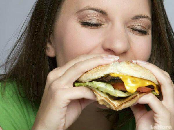 kadın hamburger yiyor