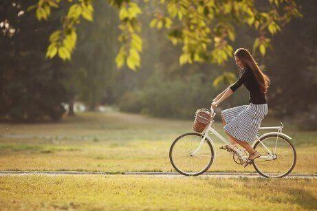 doğada bisiklete binmek