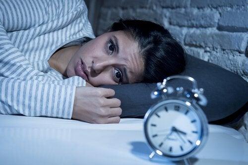gece saat uykusuzluk çeken kadın