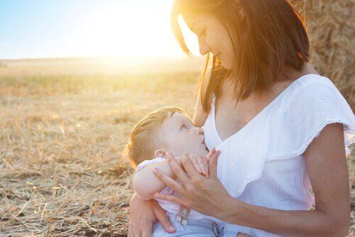 hijyenik iç çamaşırı giymiş kadın bebek emziriyor