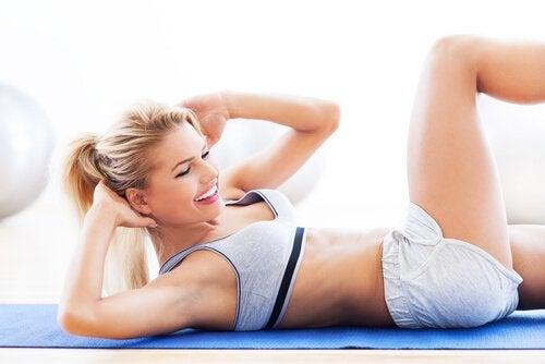 hijyenik iç çamaşırı giymiş kadın egzersiz spor yapıyor