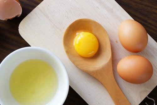 iki yumurta ve yumurta sarısı