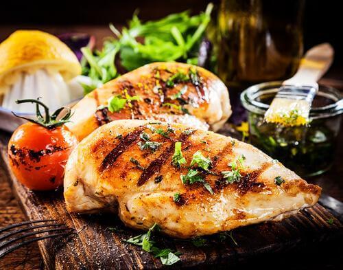 ızgara tavuk ve sebzeler