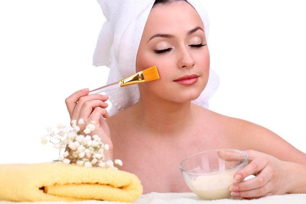 kadın fırça ile maske yapıyor