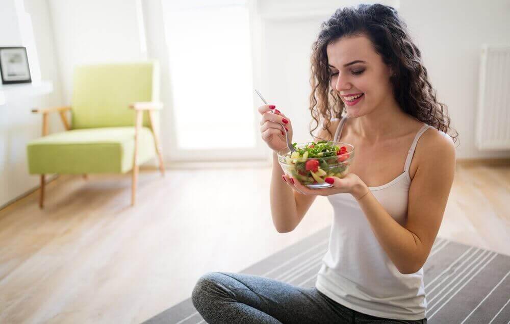 kadın mutlu mesut salata yiyor