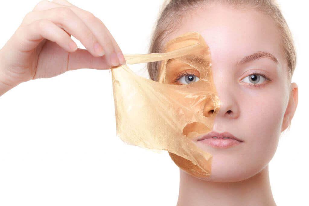 kadın yüz maskesini çıkarıyor
