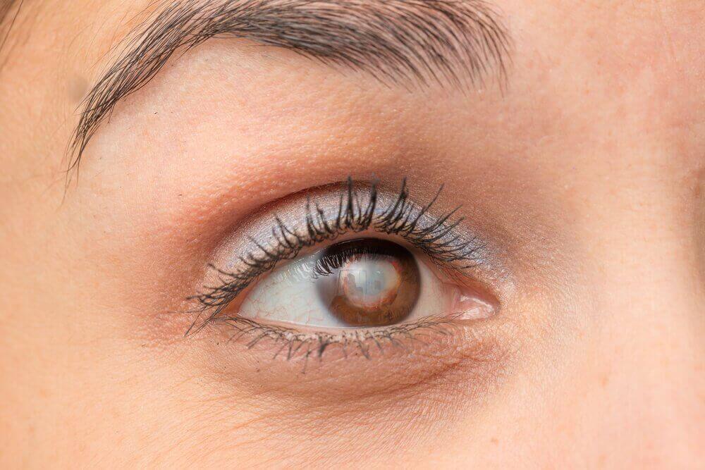 kadının kahverengi gözü