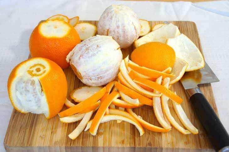 kesme tahtasındaki kesilmiş portakallar