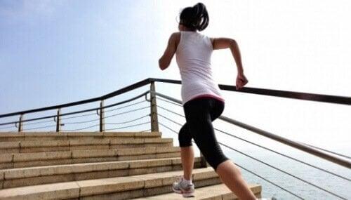 kan dolaşımınızı canlandırmak merdivenleri çıkan sporcu