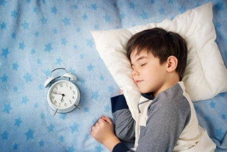çocuk mışıl mışıl uyuyor
