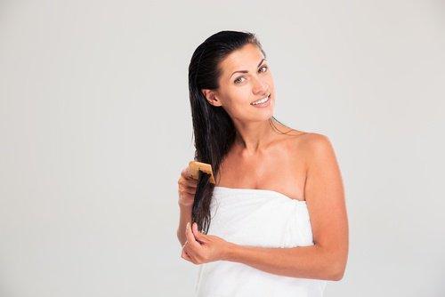saçını tutan havlulu kadın