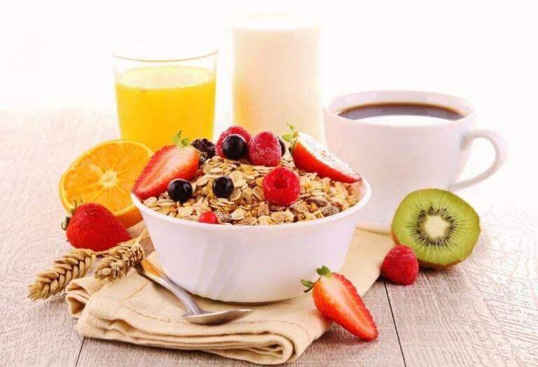 sağlıklı kahvaltı kivi çilek meyve suyu