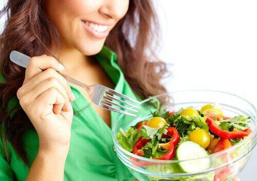sağlıklı bir kase salata
