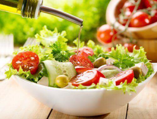 salataya zeytinyağı eklemek