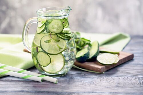 sürahideki salatalık suyu