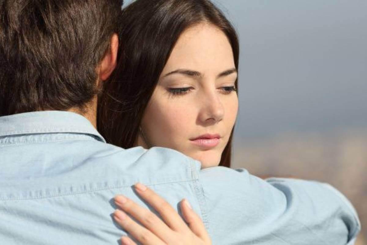 birbirine sarılmış çift huzursuz kadın