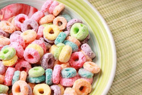 şekerli renkli mısır gevreği
