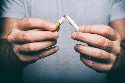 sigarayı kıran adam