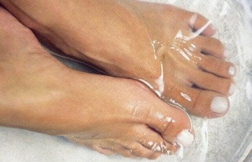 suda bekletilen ayaklar