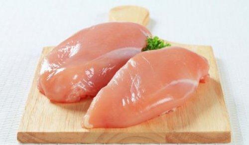 tezgahta çiğ bir şekilde duran tavuk göğsü