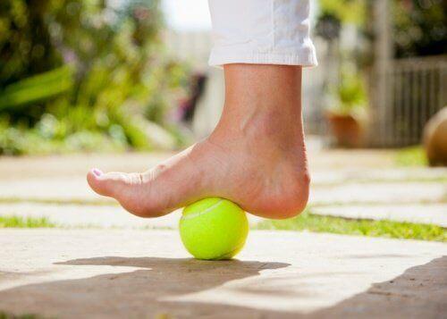 tenis topu ve ayak