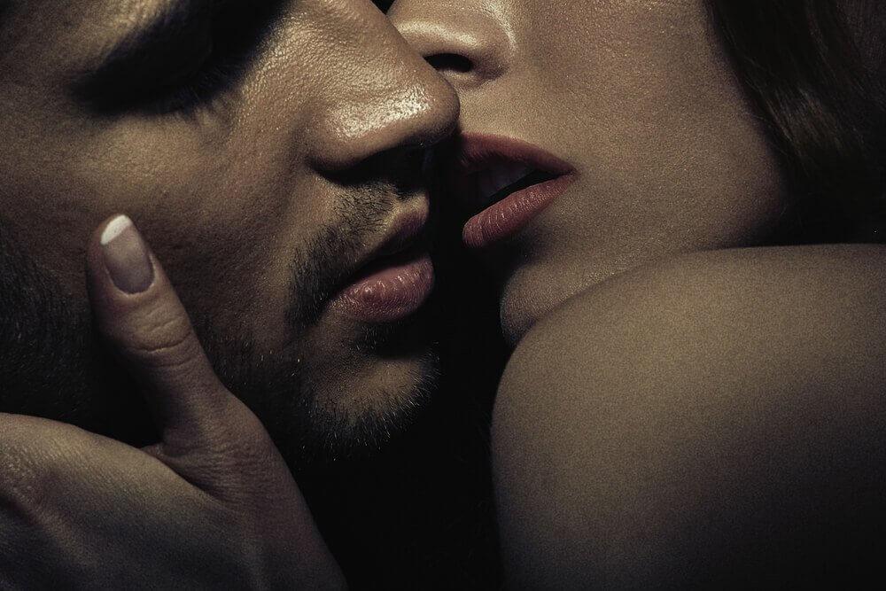 tutkulu aşk kadın ve erkek dudak dudağa