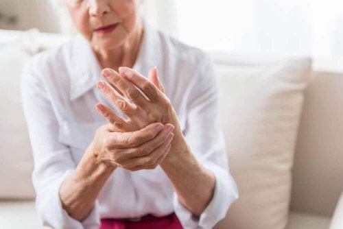 yaşlı kadın elleri artrit