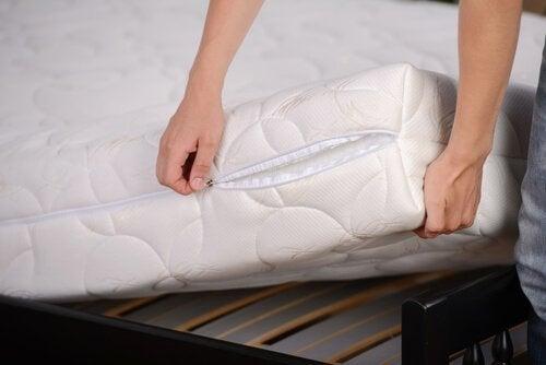 yatak örtüsünü değiştiren kadın