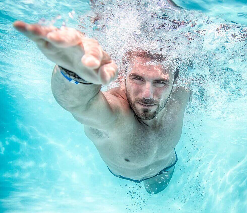 yüzen adam