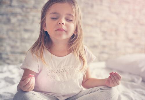 çocuk meditasyon yapıyor