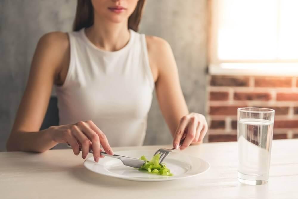 sebze yiyen kadın