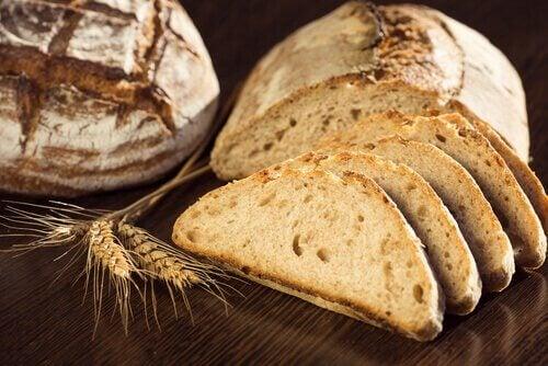dilimlenmiş tam tahıllı ekmek