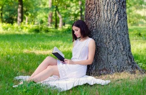 ağaç altında kitap