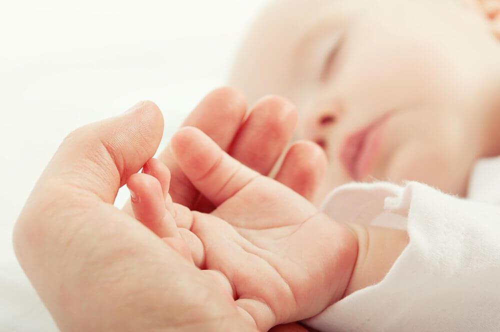 bebeklerde pişik bebeğinin elini tutan anne