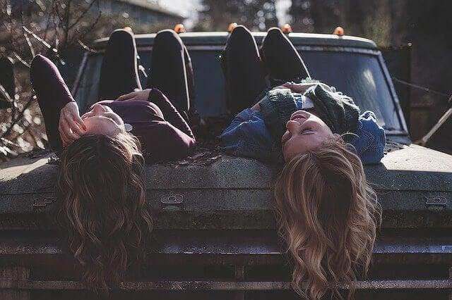 arabada kızlar